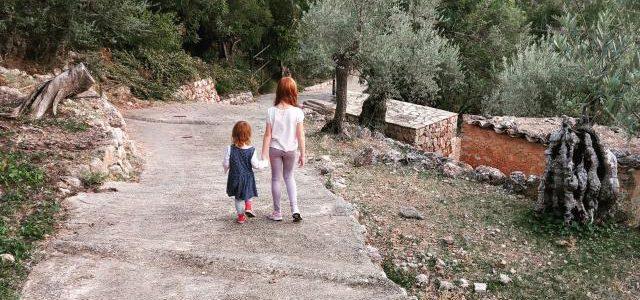 Hinweise der Unfallkassen Nr. 147: Waldkita, Naturgruppe und die Aufsicht im Kindergarten