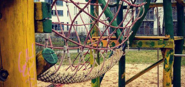 Hinweise der Unfallkassen Nr. 188: Kita-Spielplatz & Seilbrücken und Netzbrücken